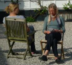 Sofie og Ursula øver metoderne under kurset på KaløVig Center