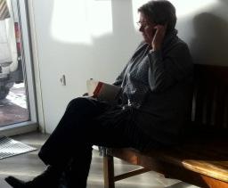 Helle træner metoderne i en koncentreret telefonsamtale...
